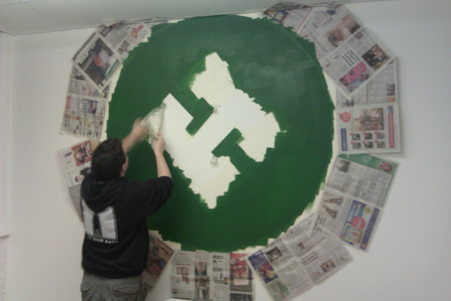 File:Painting the big H.jpg
